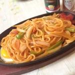 加奈 - 料理写真:喫茶店定番の鉄板ナポリタン〜。麺が太くてもちもちです(^ ^)