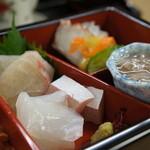 明石 菊水 - 造りは、鯛・鰤・いか、右は明石蛸の酢の物辛子味噌添えとたこわさ