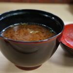 明石 菊水 - 魚のアラとジュンサイの赤出汁