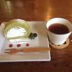 シンパ カフェ - ほうれん草のロールケーキとほうじ茶