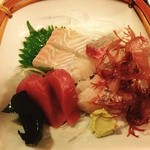 尼寿司 - 分厚い!刺身定食!かつお、かんぱち、ひらめ、たい、分厚い!サラダ、一皿料理、漬け物、赤汁(魚身入り)800円!マンプク‼️