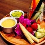 ESOLA - 新鮮なお野菜を自家製バーニャカウダソースとドレッシングで!