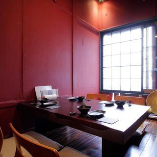 【個室あり】二階には、ゆっくりとくつろげる広間と個室をご用意