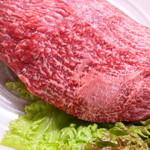 肉三昧 石川竜乃介 - 宮崎牛 ランプ肉ブロック 宮崎牛 ランプ肉ブロック サーロインに続く、腰からお尻にかけての大きな赤身で、モモ肉の特に柔らかい旨みのある部分です。 霜降りが入りにくいところですが、肉のきめは細かく、やわらかな赤身肉。