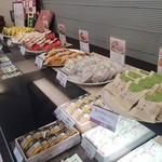 菓心松屋 - 和菓子も充実しています