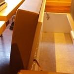 串家物語 - 椅子の下が荷物入れになってます