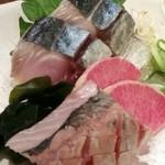 AGURI GOOD MOON - 〆鯖と鰺の刺身 一切れ食べちゃいました!