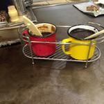 40655324 - ソース。                       赤が普通、黄が辛口