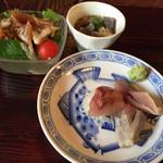 津久司 - ランチの前菜としてマグロヅケサラダ、刺身3種、スジ煮込み