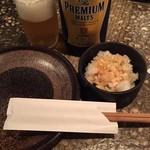 千串屋 - プレモル中瓶648円と淋しげなお通しの鬼おろし378円
