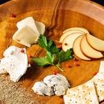 個室×肉×鉄板料理専門店 Enfin - チーズの盛り合せ ワインのお供に…スモークチーズ、カマンベールチーズ、北海道産クリームチーズ、ゴルゴンゾーラ。ペッパーとご一緒に♪