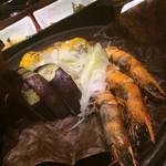 ほっこり - ほっこり有楽町店名物料理赤海老鬼殻焼きとトウモロコシの豪華宝楽蒸し