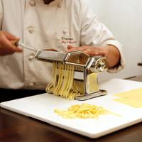 シェフひとり10席だけのイタリアン Trakane - 手打ちパスタはお客様の目の前で伸ばします。