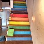 toco. - 使われていない階段はカラフルに。