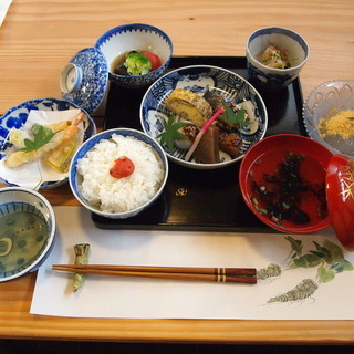 ◆江戸末期の古皿と漆器を使用して盛り付け・和膳ランチ・要予約