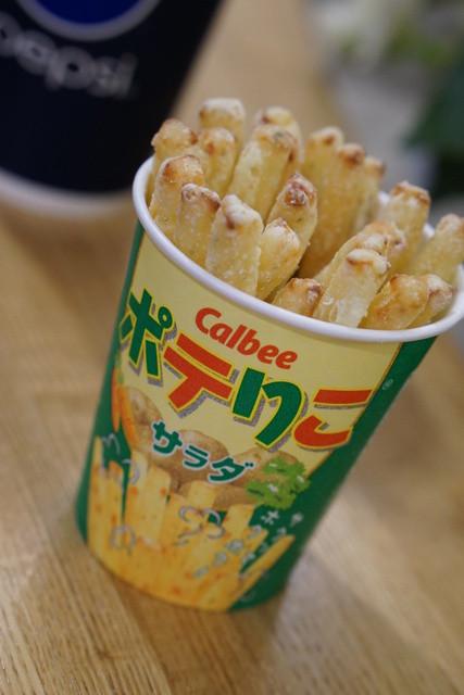 カルビープラス 新千歳空港店 - 揚げたてのポテりこサラダ310円