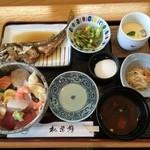 40673492 - 海鮮丼ランチ 1050円なり!海鮮丼に煮魚、赤だし、茶碗蒸し、小鉢、デザートが付いてのこの値段!