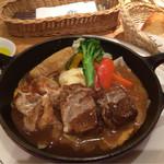 神戸屋シルフィー - 主人がハンバーグが食べたいというので来ました。私はビーフシチューにしました。お肉が1部血の味がして吐き出しました。パンは温かくて美味しかったです。