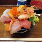 海鮮処 魚屋の台所 本店 - 海鮮が15~20種がのるおまかせ海鮮丼(上) 2,800円。