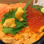 海鮮処 魚屋の台所 本店 - ウニ丼+イクラトッピング+サーモントッピング。更に、食べ比べ用に他の種類のウニをトッピングしてくれるサービスもあります。