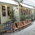 40689962 - 人気店で行列用の椅子も完備