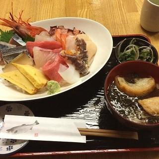 弁慶鮨 - 南三陸さんさん商店街の弁慶鮨で昼食。 海神丼(ポセイドン)を食した。 多種類の魚介類。 税込2800円。 うまし。