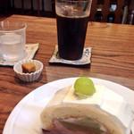 40693269 - メロンのロールケーキ+アイスコーヒー (¥890)