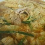 餃子の王将 - 辛玉ラーメン430円。肉厚のばら肉とキャベツ、長いニラが卵とからめてます。