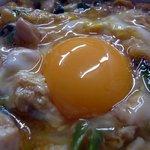 鳥喜多支店 - 真ん中の生卵をアップで撮りました。新鮮そうですよね~。この生卵を潰して食べるんですよ。