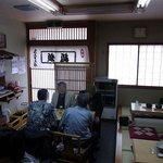 鳥喜多支店 - 少し右側に振りました。右側は座敷となっています。座敷の3テーブルです。落ち着いて食事をするにはいい感じですね。
