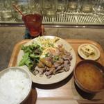 チャムアパートメント - 牛のしゃぶしゃぶピリ辛ゴマダレ温玉のせ定食 1100円
