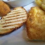 ブルスカ - 左からアランチーニ、パン、チキンピカタ