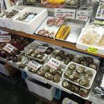 さざえや - 料理写真:店頭に並ぶ貝類