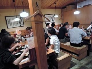 博多もつ鍋 やまや 浜松町店 - 満席の店内