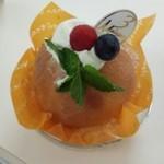 40713216 - 季節限定 桃のケーキ