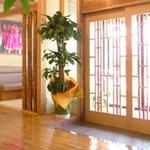 ひまわり - おもてなしの第一歩であるエントランス。木と日の光がお客様を暖かくお迎えいたします。