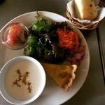 カフェ・ド・ロトリー - ただいまスープランチは冷たいビジソワーズにキッシュと自家製パンがつきます