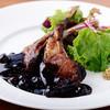 低温で柔らかく調理した仔羊の直火焼き ブルーベリーのバルサミコソース