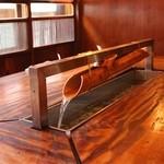 創作鉄板料理 八十の快家 - 【水の流れる掘りごたつ席】心を洗う水の音。リラックスした和の雰囲気を感じて頂きたいという想い…。「手作りで水の流れるテーブルを作りたい。」これもオーナーのこだわり。なんと竹の裁断や水の循環装置なども全て手作りにて実現。もはや大工さん。
