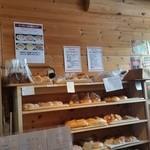 カフェ・ド・ハルン - 奥のほうには、これから並ぶパンがスタンバイ