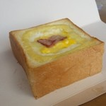 カフェ・ド・ハルン - 分厚いトーストの中に玉子サラダがたんまりと入った「バジルベーコントースト (180円)」