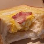 カフェ・ド・ハルン - 「バジルベーコントースト (180円)」の中身です、パンもふわっふわ