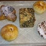 40731768 - 斬新なアイデアがちりばめられたパン達                       このうち3個はあんパンです。