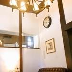 星乃珈琲店 - ソファー席の天井は高く開放的