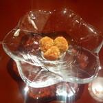 青山はしづめ - マカデミアナッツに五香粉