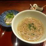 青山はしづめ - ごぼうを練り込んだ麺のかけ麺、蒸し鶏