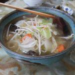 玉蘭 - 野菜スープ 500円。塩味のスープには野菜の甘みが溶け出していて、とても優しい味わいになっています。肉は入っておらず、とってもヘルシー。