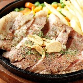 ブランド豚を使用した豪快な肉料理をはじめ、料理は約130品!