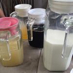 乗瀬高原荘 - 朝食  飲み物 (コーヒー、オレンジ、グレープフルーツ、牛乳)