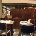 カフェ&グリル シズルガズル - 開放的な店内